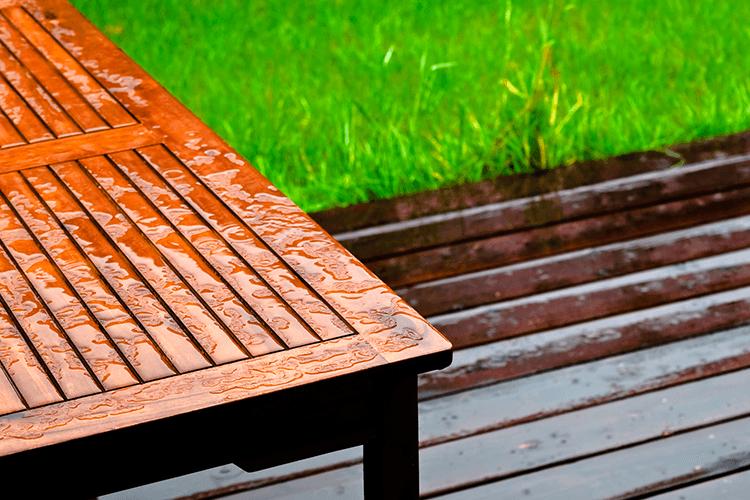 Mobilier de jardin en bois : comment le protéger des intempéries ?