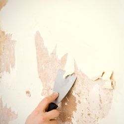 Décoller le papier peint sur un mur