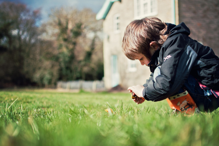 Enfant dans un jardin