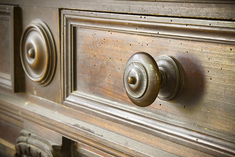 Meuble vintage en bois comment lui donner une seconde for Meuble antique a donner
