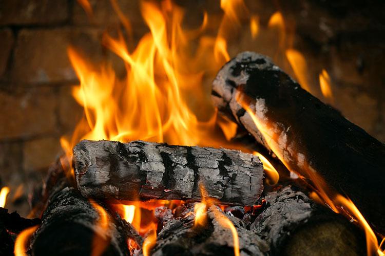 Feu de chemin e comment obtenir de belles flammes - Allumer un feu de cheminee ...